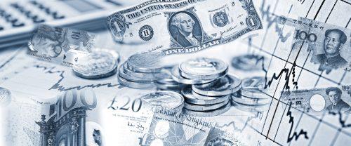 Devisenkurse verschiedener Währungen mit Geldscheinen und Taschenrechner